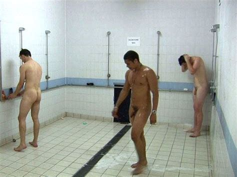 sportifs nus dans les vestiaires athletes in locker room shower athelets showers in and lockers