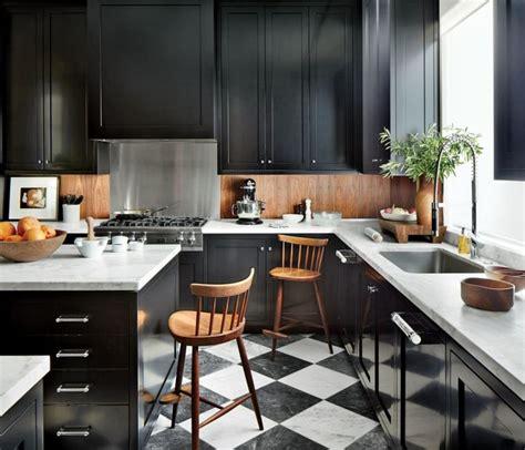 Ideas To Paint Kitchen Cabinets - cuisine noire et bois un espace moderne et intrigant
