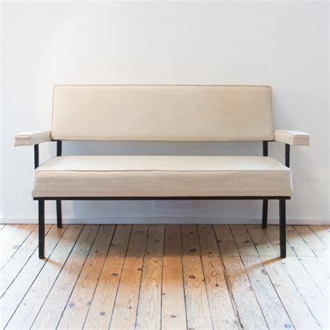 canapé métal canapé structure en métal carré et skaï blanc des ées 1950