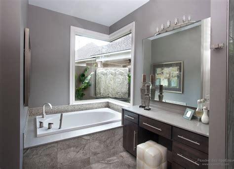 black white and brown bathroom серая ванная интерьер и дизайн комнаты в сером цвете на фото 22778