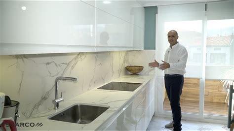 cocina moderna blanca alargada sin tiradores