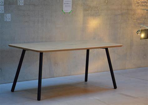 repas de bureau table de repas en chêne ou noyer au design sobre et