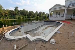construire une piscine les 8 etapes cles actualites With construction piscine en beton