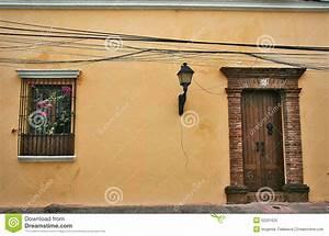 Une Porte Et Un A D U0026 39 Un Patio Espagnol Typique Image Stock