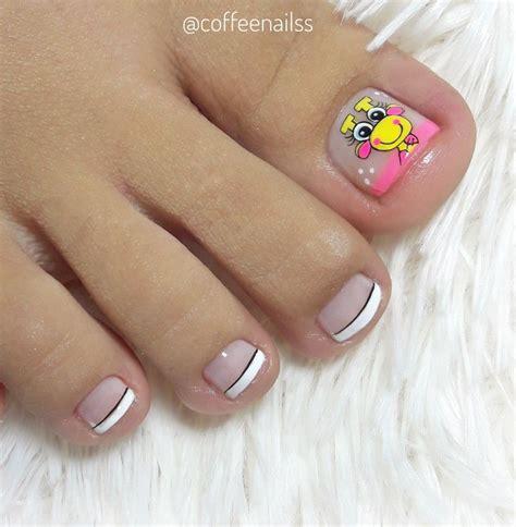 Niño comiendo helado con el pie. Diseño jirafa @coffeenailss en 2020 | Uñas pies decoracion ...