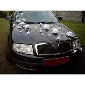decoration mariage voiture décoration de voiture pour mariage avec plumes et roses bouquet de la mariee