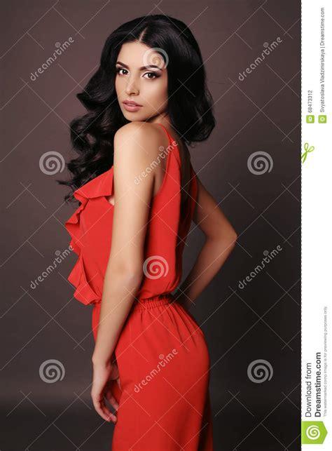 elegantes rotes kleid frau mit make up des dunklen haares und des abends tr 228 gt elegantes rotes kleid stockfoto bild