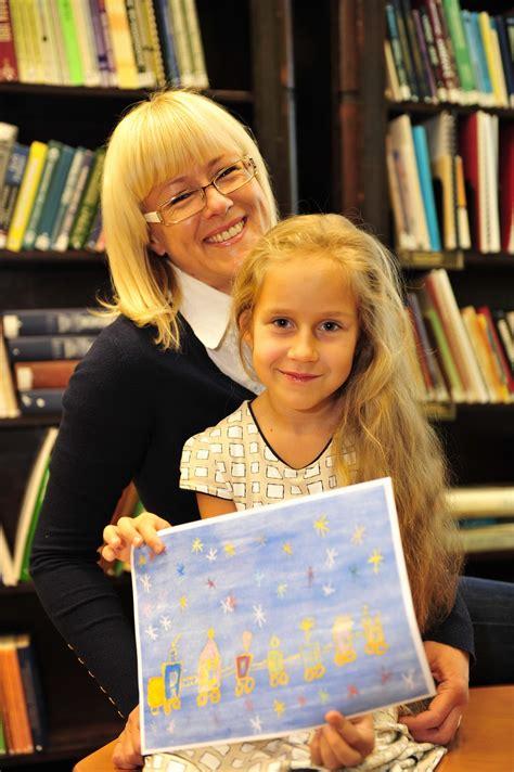 Piecgadīgas latviešu meitenes zīmējums rotās CER ...