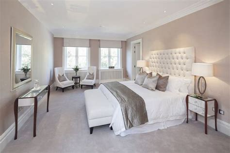 chambre taupe t 234 te de lit en cuir blanc capitonn 233 et coussins gris deco chambre lit capitonn 233