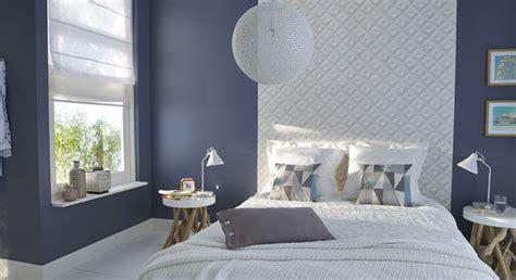 chambre mur gris une chambre aux murs gris qui capte la lumière grâce à sa