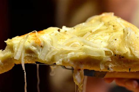 fugazza  argentinian style onion pizza