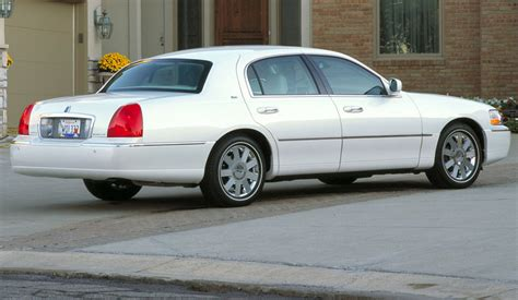2010 LINCOLN TOWN CAR - Image #2