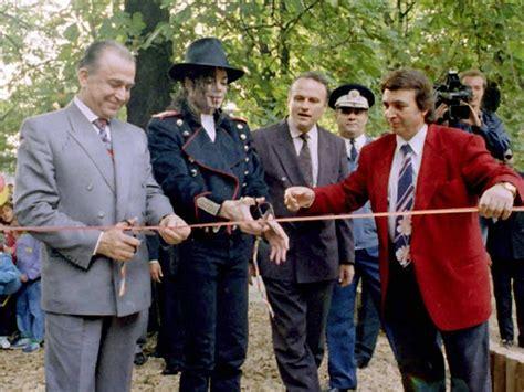 Michael Jackson in Romania (Ion Iliescu) 1992-1996 - YouTubeyoutube.com › watch?v=3ntWOX18P6E3:45 HDMichael Jackson in Romania 1992-1996 (Ion Iliescu). Sorry for the bad recording.(document.querySelector(