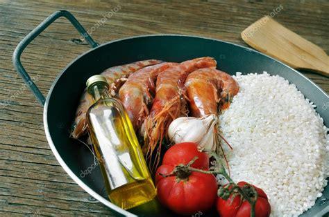 ou trouver une poele a paella ingr 233 dients pour pr 233 parer une paella espagnole ou arroz negro photo 50717439
