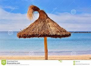 Parasol En Paille : parasol de paille photo stock image du seaside horizon 38313732 ~ Teatrodelosmanantiales.com Idées de Décoration