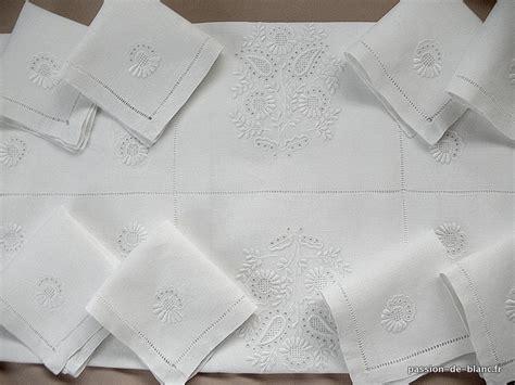 nappe blanche brodee table de cuisine