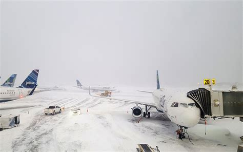 planes collide  jfk airport leading    delays