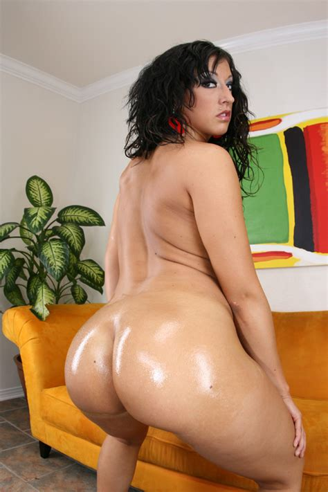 Milf Babe With A Big Ass Ricki White Strips To Pose Naked