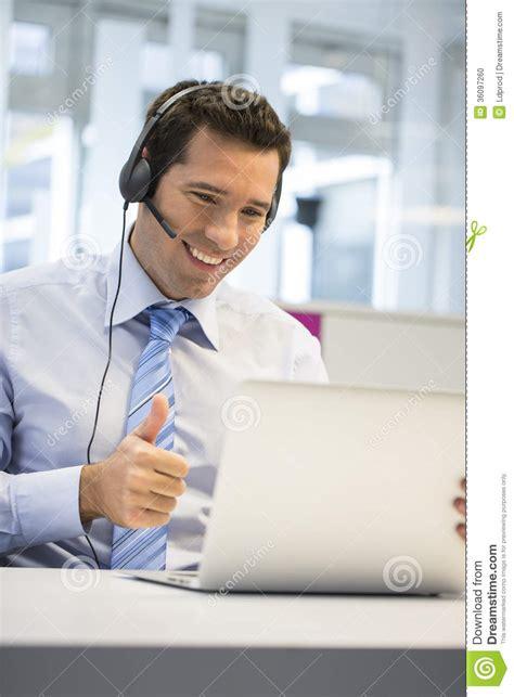 bureau homme d affaire homme d 39 affaires dans le bureau au téléphone avec le