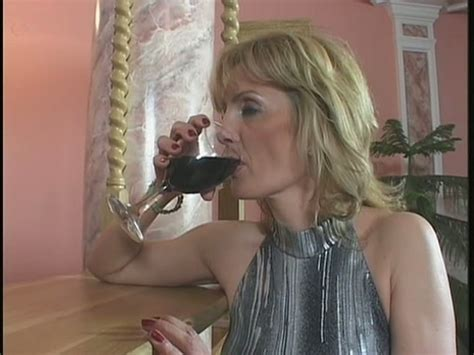 Horny Milf Slut Jennifer Seduces A Young Worker And Sucks