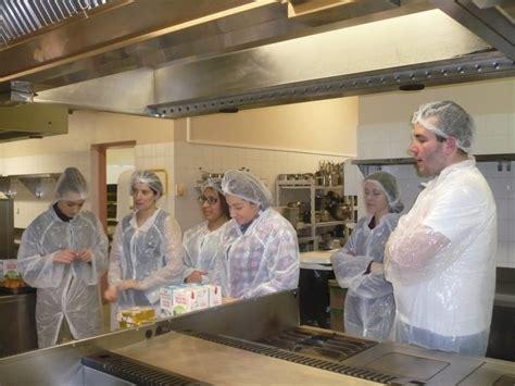 cours cuisine le puy en velay les stagiaires attentifs aux consignes du chef