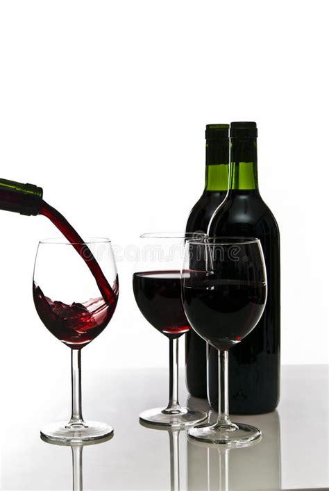 bicchieri di rosso bottiglie di rosso e dei bicchieri di immagine