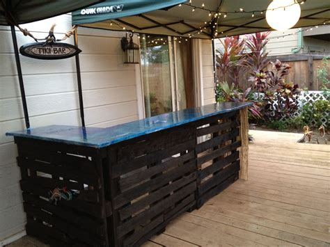 pallets building  tiki barout  wood