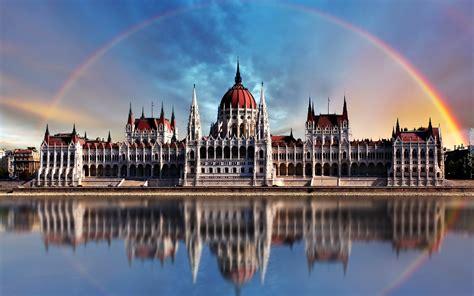 Pomniki, muzea budapeszt to piękne miasto z barwną historią i swoistym klimatem. Węgierski Parlament, Budapeszt, Węgry, Tęcza