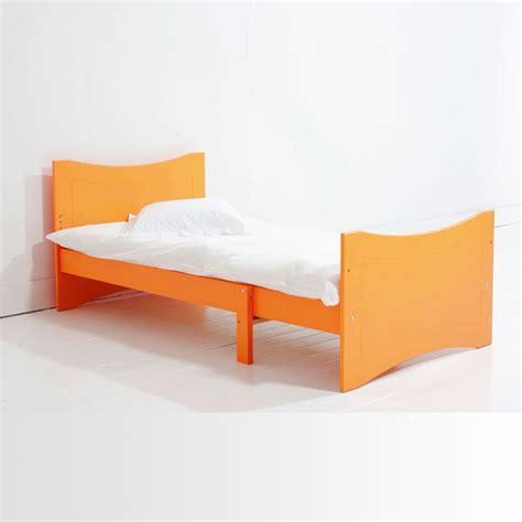 lit pour chambre mansard馥 chambre bleue mansard e de style scandinave avec lit en bois lit pour chambre mansardee elrup com