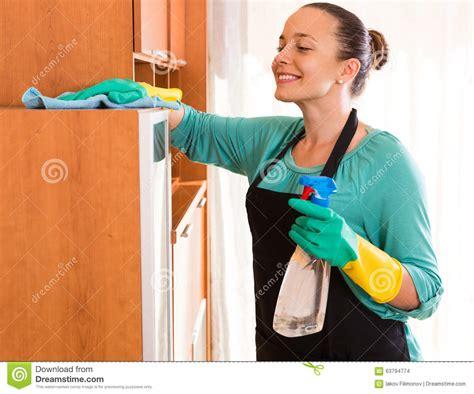 bureau femme nettoyage de femme au bureau photo stock image du