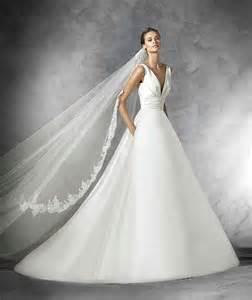 robes de mariã s robes de mariée à col en v robe de mariée décoration de mariage