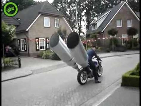 mega pot d echapement moto big exhaust pipe on a bike tubo de escape grande en una motocicleta