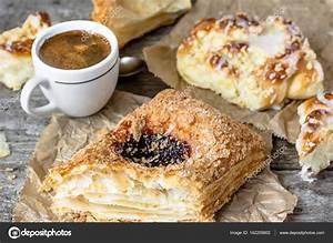 Französisches Essen Liste : mast essen fr hst ck franz sisches geb ck s e br tchen und kaffeetasse auf holztisch ~ Orissabook.com Haus und Dekorationen