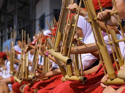 Cara memainkan gamelan adalah dengan dipukul memakai alat di indonesia sasando terbilang langka seiring dengan berkurangnya minat anak muda yang memainkan alat musik ini. 15 Alat Musik Tradisional Indonesia - Sahabatnesia