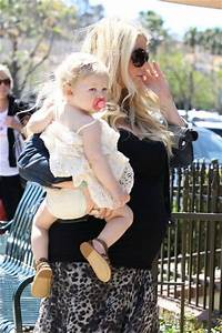 Jessica Simpson and Daughter Have Lunch - Pictures - Zimbio