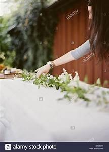 Pendelleuchte Für Langen Tisch : eine frau mit langen haaren vom tisch gelegt au erhalb mit ~ Michelbontemps.com Haus und Dekorationen