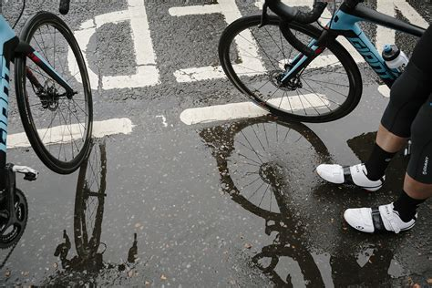 bicycle raincoat 10 top tips for road cycling in the rain total wom