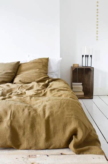 decoration de chambre de nuit déco de chambre avec table de nuit en caisse de récup