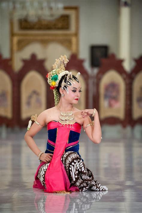 Baik tari tradisional maupun tari modern selalu diiringi dengan musik. Tari Bedhaya Ketawang: Sejarah, Fungsi dan Pola Lantai