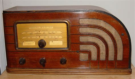 General Electric (ge) Model F-63 Art Deco Table Radio. The