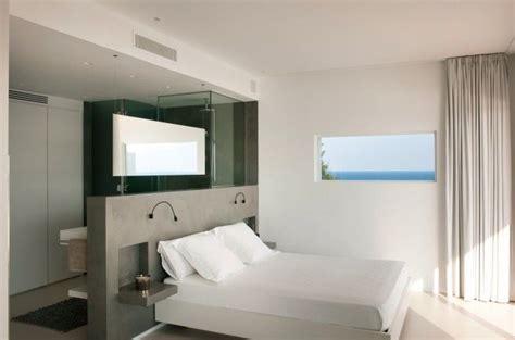 une salle de bain ouverte dans une chambre 224 coucher t 234 te de lit avec niches bedroom