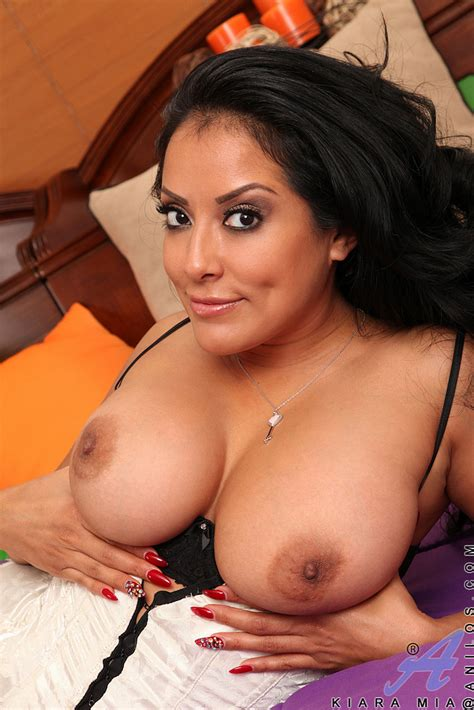 Hot Mama Kiara Mia Flaunt Her Big Knockers Milf Fox