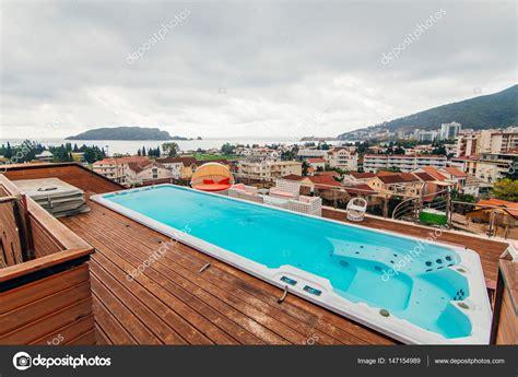 Pool Auf Dem Dach by Swimmingpool Auf Dem Dach Eines Hauses Stockfoto