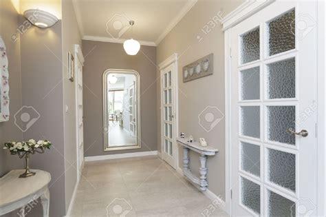 deco porte de chambre chambre couloir blanc et gris couleur galerie avec