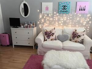 Lichterkette Im Zimmer : h bsches wg zimmer f r m dels blumenkissen auf dem sofa lichterkette an der wand und rosa ~ Markanthonyermac.com Haus und Dekorationen