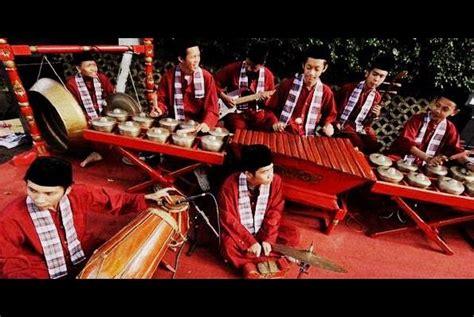 Musik tradisional pun mulai digunakan sebagai hiburan dalam pertunjukan rakyat. Jenis Musik Yang Memadukan Unsur Teatrikal Dalam Pertunjukannya Disebut Musik - Sebutkan Itu