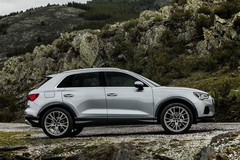 Side profile of the audi q3 parked with a scenic background. Nieuws: Audi Q3 prijzen bekend   Autokopen.nl