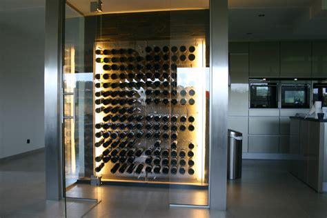 cuisine ouverte avec bar sur salon cave à vin vitrée trendyyy com
