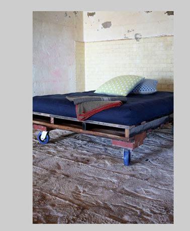 peindre mur chambre lit avec palette bois couleur bleu et roulettes