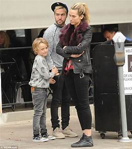Pete Wentz runs into actor Breckin Meyer and his daughters ...